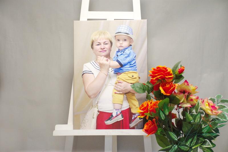 бабушка и внук на холсте грн.