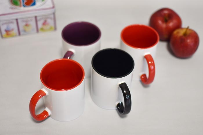 чашка з кольоровою ручкою